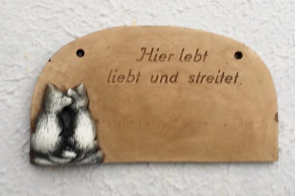 """Türschild """"Hier lebt liebt und streitet"""""""